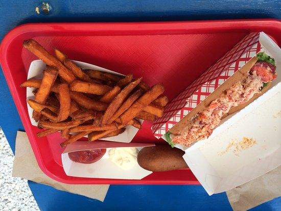 Burger Queen : Lobster roll and sweet potato fries