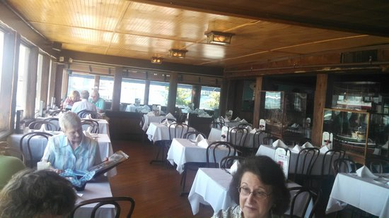 Bahrs Landing Seafood Restaurant: Ship Displays in Main Dining Room