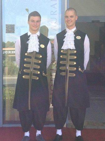 H4 Hotel Residenzschloss Bayreuth: Die Hausdiener sehr freundliche junge Männer, die während des Studiums noch etwas dazu verdienen