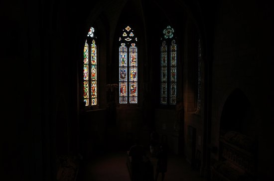 The Met Cloisters: Зал с мозаичными окнами