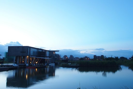 Fuxianfaxiangzhidao: View of the hotel from the shore