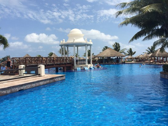 Now Sapphire Riviera Cancun: By the pool