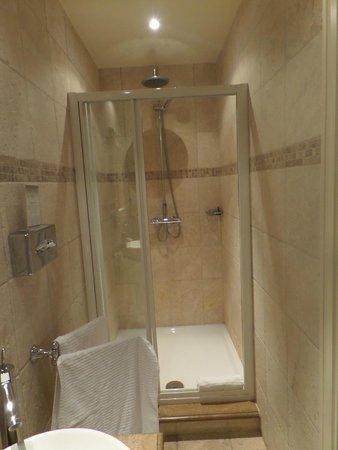 Château d'Urspelt : Prachtige badkamer met regendouche