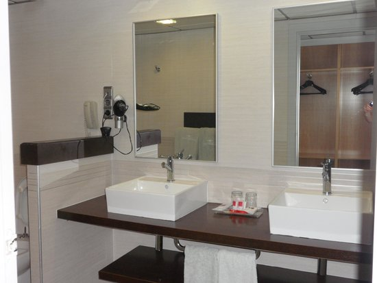 Hotel Flamingo Oasis: bathroom on 22nd floor/ clubroom