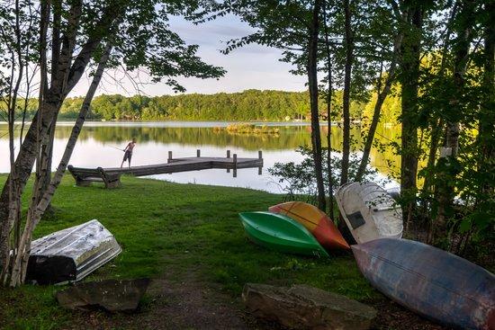 Otter Lake Camp Resort: Boats & Fishing Pier at Otter Lake