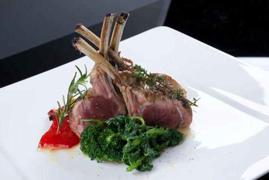 Ristorante Pizzeria Tasso: Carrè di agnello al timo con patate, broccoletti, e peperoni.