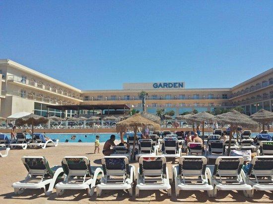 Cabogata Mar Garden Hotel Club & Spa: Piscina de niños. Hay hamacas para todo el mundo ,y sombrillas casi tambien.
