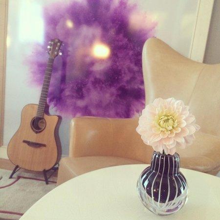 Le Royal Monceau-Raffles Paris : お部屋に可愛いお花とギターが