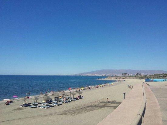 Cabogata Mar Garden Hotel Club & Spa: Playa justo enfrente del hotel. Muy tranquila y limpia,el agua cristalina,pero con piedras. Tien