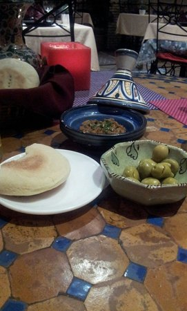 Al-Medina: Olives, baba ganoush and bread. Amazing taste and gorgeous plates and setting