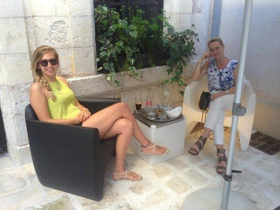 La Monnaie Art & Spa Hotel : Pre-dinner drinks in courtyard