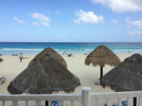 Golden Parnassus All Inclusive Resort & Spa Cancun: View from the Pool side Bar