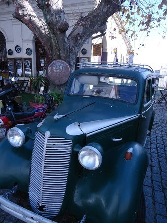Barrio Historico: Carros antigos estacionados pelas ruas fazem a ambientação do bairro
