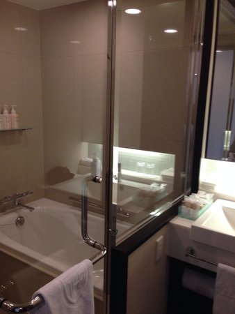 Royal Park Hotel The Kyoto: Huge walk-in shower with rain shower and separate soaker tub in Deluxe Twin