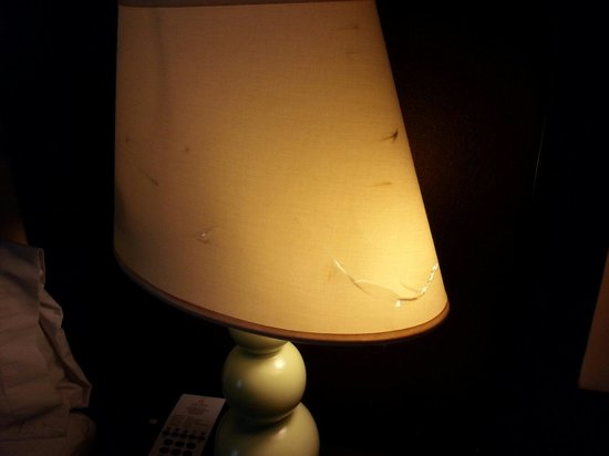 La Quinta Inn & Suites Hinesville - Fort Stewart : Busted lampshade with Cracks all around it