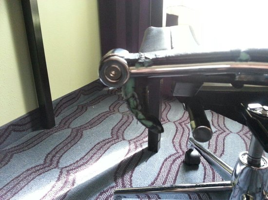 La Quinta Inn & Suites Hinesville - Fort Stewart : Office chair ripped and coming apart.