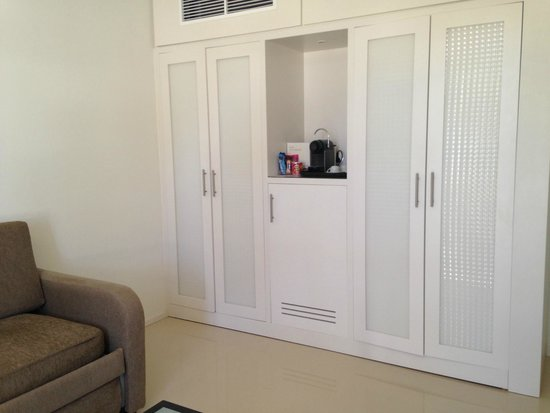 H10 Sentido White Suites: Coffee machine, fridge and safe in cupboard