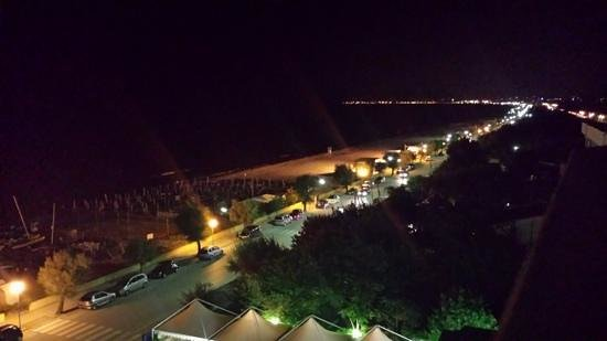 Hotel Gabbiano : vista notturna versante sud dal balcone della 402