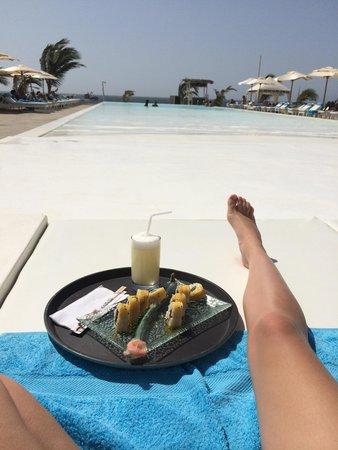 Mancora Marina Hotel : Comer en la piscina!