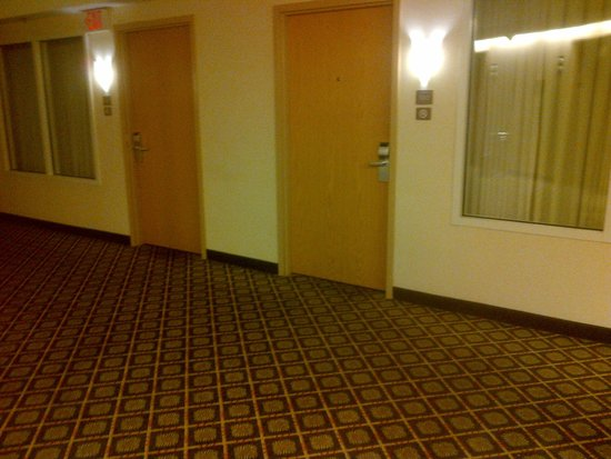 Embassy Suites by Hilton Columbus Dublin: Non accessible rooms a few short steps from elevator-directly across and near an emergency exit.