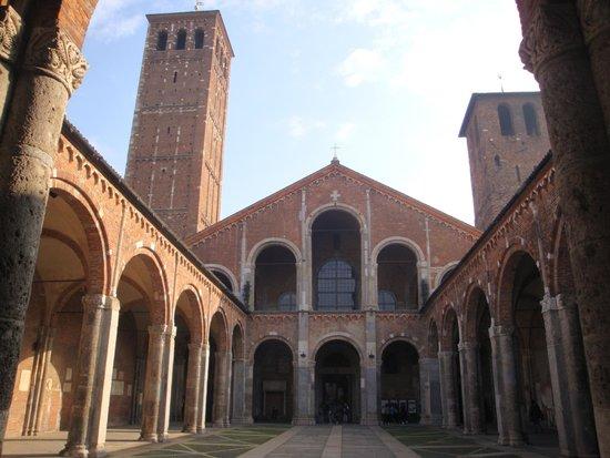 Basilica di Sant'Ambrogio: 回廊と二つの鐘楼