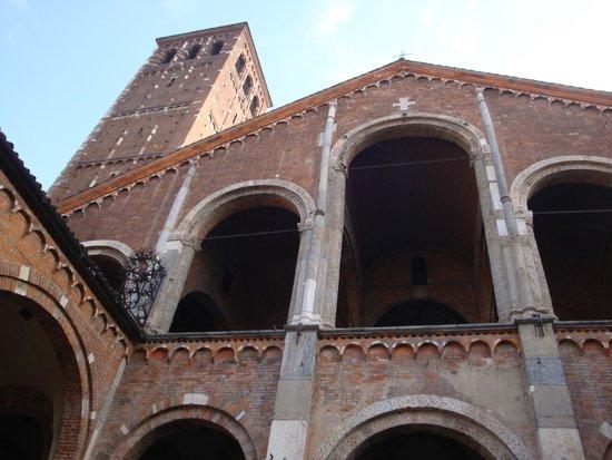 Basilica di Sant'Ambrogio: 教会正面と鐘楼