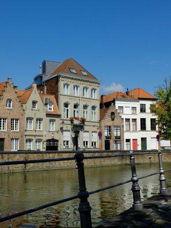 Hotel Ter Duinen: vue du banc en face