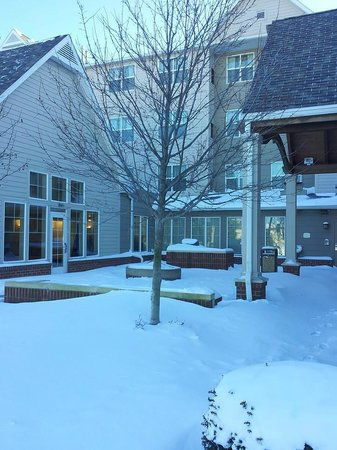 Residence Inn Toledo Maumee : courtyard with a fire pit and view to the left of the pool area and right the dinning/breakfast