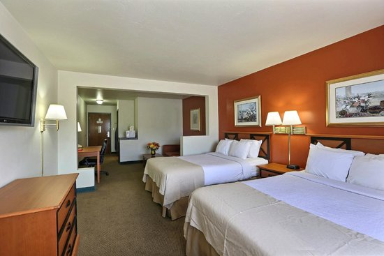 Econo Lodge Inn & Suites : Two Bedroom Suite