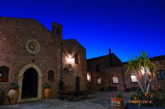 Relais Santa Anastasia : Courtyard at night