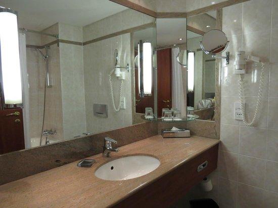 Prague Marriott Hotel: Prague Marriott Bathroom