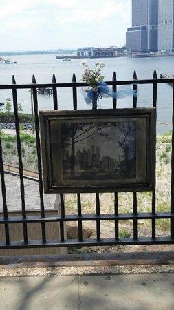 Brooklyn Heights Promenade: 9/11 twin towers in memoriam