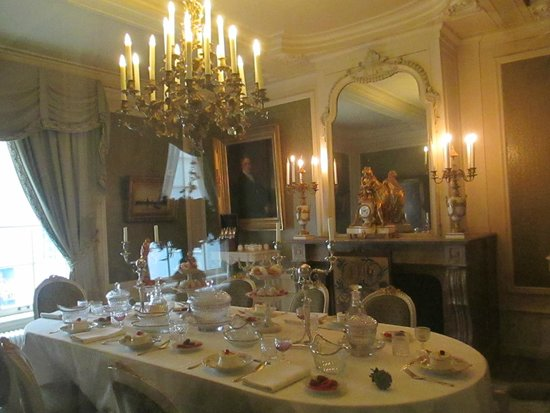 Willet-Holthuysen Museum: Festive dining room