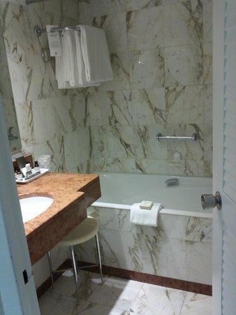 Fairmont Monte Carlo : Salle de bain normale