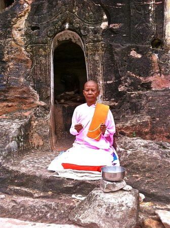 Po Win Daung Caves : lady monk