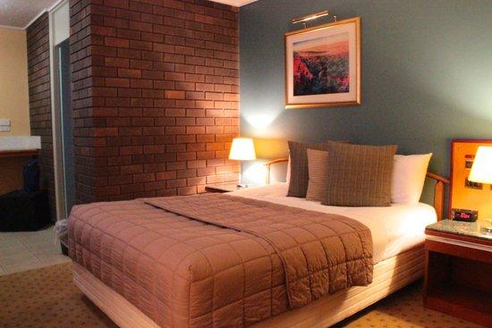 Matador Motor Inn: Room 16 interior, vintage comfort
