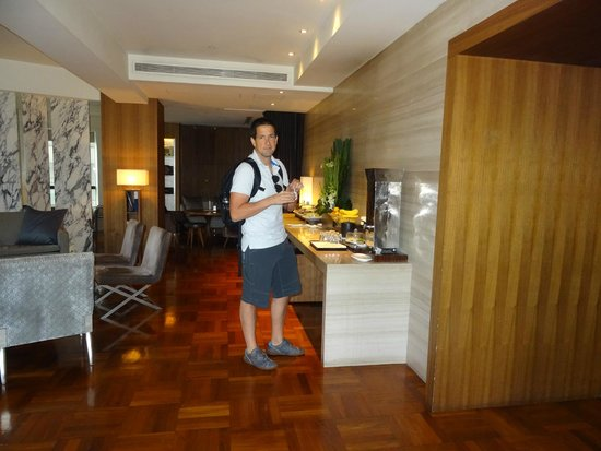Les Suites Orient, Bund Shanghai: a 24h business lounge with internet, coffee and snacks (and also, a view to the Bund)