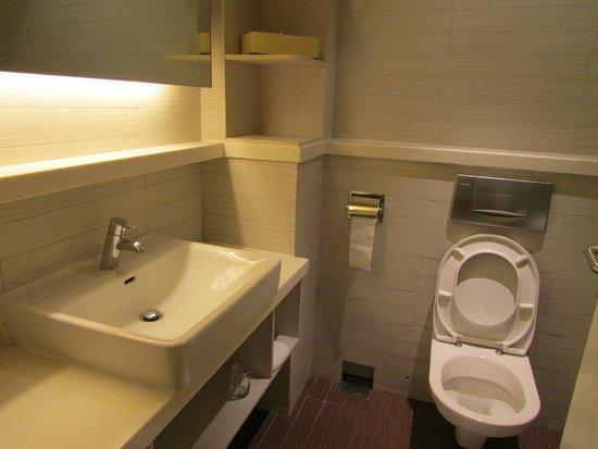 PARKROYAL on Kitchener Road: A nice clean bathroom
