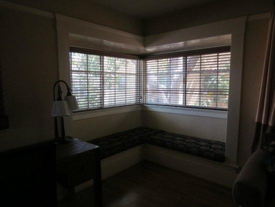 El Cordova Hotel: TV room with window seats