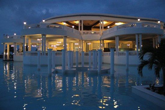 Grand Palladium Jamaica Resort & Spa: Main pool area in the evening...very nice.