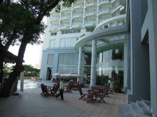 Novotel Ha Long Bay : Outdoor Patio Area