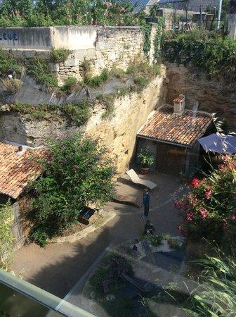 Farfadine & Troglos: Le gite, vue de la rue en surplomb