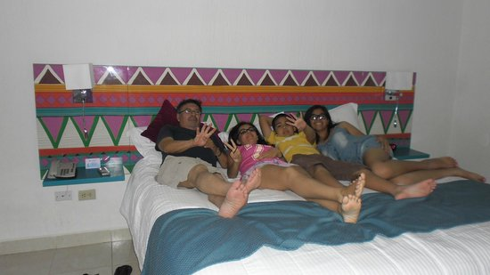 All Ritmo Cancun Resort & Waterpark : reposando en la habitacion con mis nietos