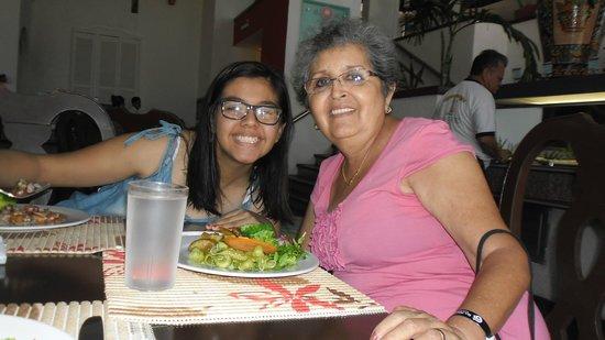 All Ritmo Cancun Resort & Waterpark: feliz la abuelita Susy con su nieta reponiendo energías