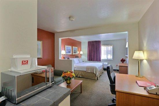 Econo Lodge Inn & Suites: King Suite