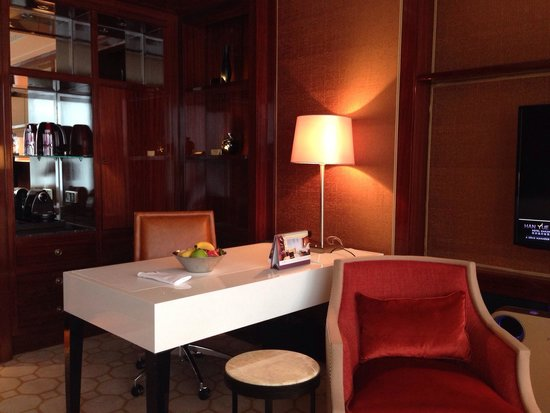 Han Yue Lou Hotel, Nanjing – A Solís Managed Hotel: Desk and welcome fruit