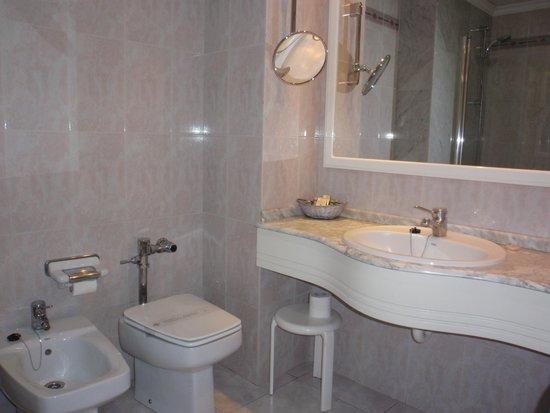 Hotel Abando: Cuarto de baño-zona encimera