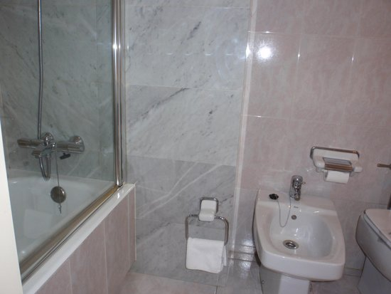 Hotel Abando: Cuarto de baño-zona bañera