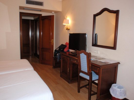 Hotel Abando: Habitación-zona escritorio y entrada