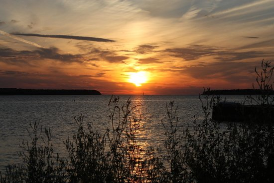 Edgewater Resort: beautiful sunsets right across the road from the resort